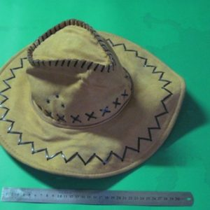 כובע קאובוי, לבד